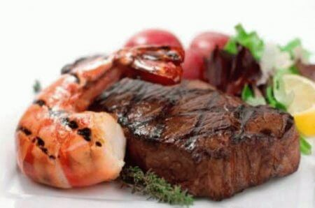 мясо и креветка после гриля