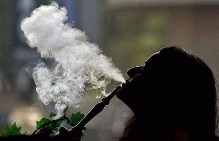 девушка курит кальян
