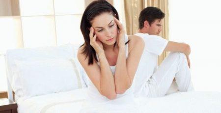 девушка и парень сидят на кровате
