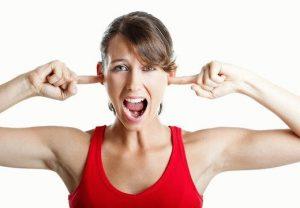 женщина с пальцами в ушах