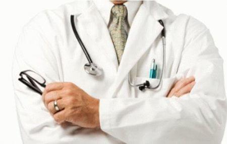 врач в халате с очками и стетоскопом