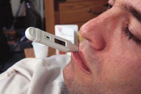 мужчина с градусником во рту