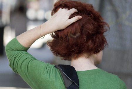 фото девушки сзади держащейся за голову