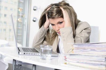 Сильные головные боли у женщины на работе