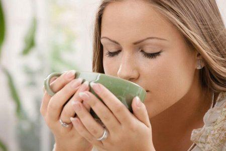 девушка пьет из зеленой чашки