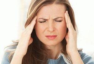сильно болит голова у женщины