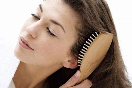 девушка расчесывает себе волосы