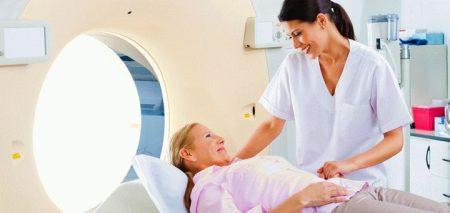 женщине проводят МРТ