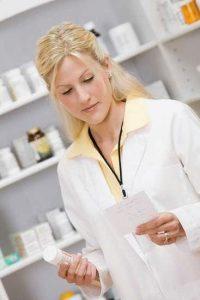 аптекарь подбирает меликаменты согласно рецепту