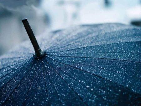 черный зонт с каплями дождя