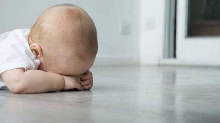 младенец лежит на полу