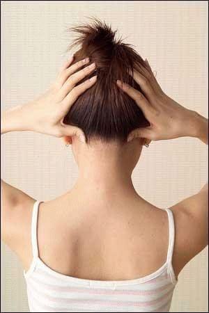 фото девушки со спины которая держится руками за голову в области затылка