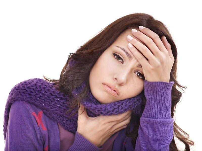 Болит горло и болит голова: возможные причины и методы терапии