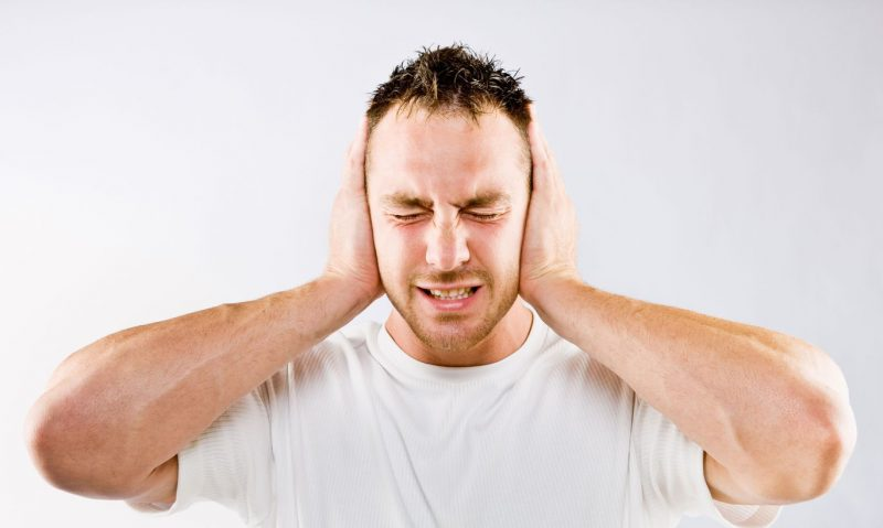Щелкает в голове при ходьбе: причины и особенности лечения симптома