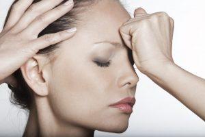 По каким причинам голова болит над бровями?