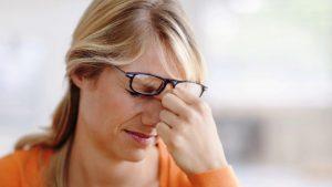 По каким причинам болит голова от очков, как устранить симптомы?