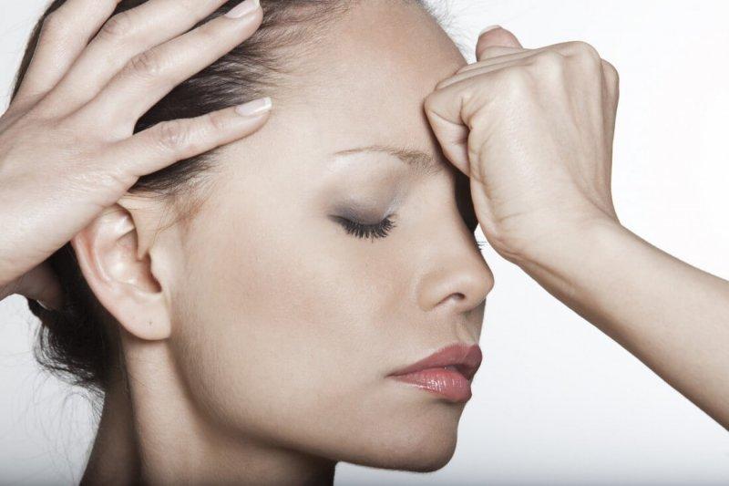 Возникновение головной боли в районе лба и глаз